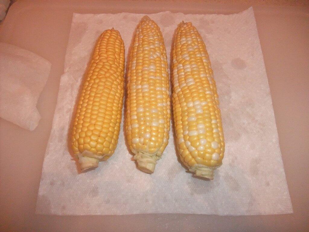 Corn on the cob on a napkin.