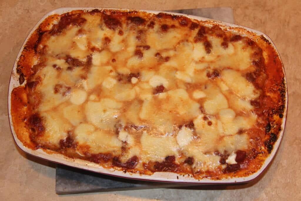 a dish of baked ziti