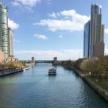 Chicago River with boat as featured image in Travel guides.